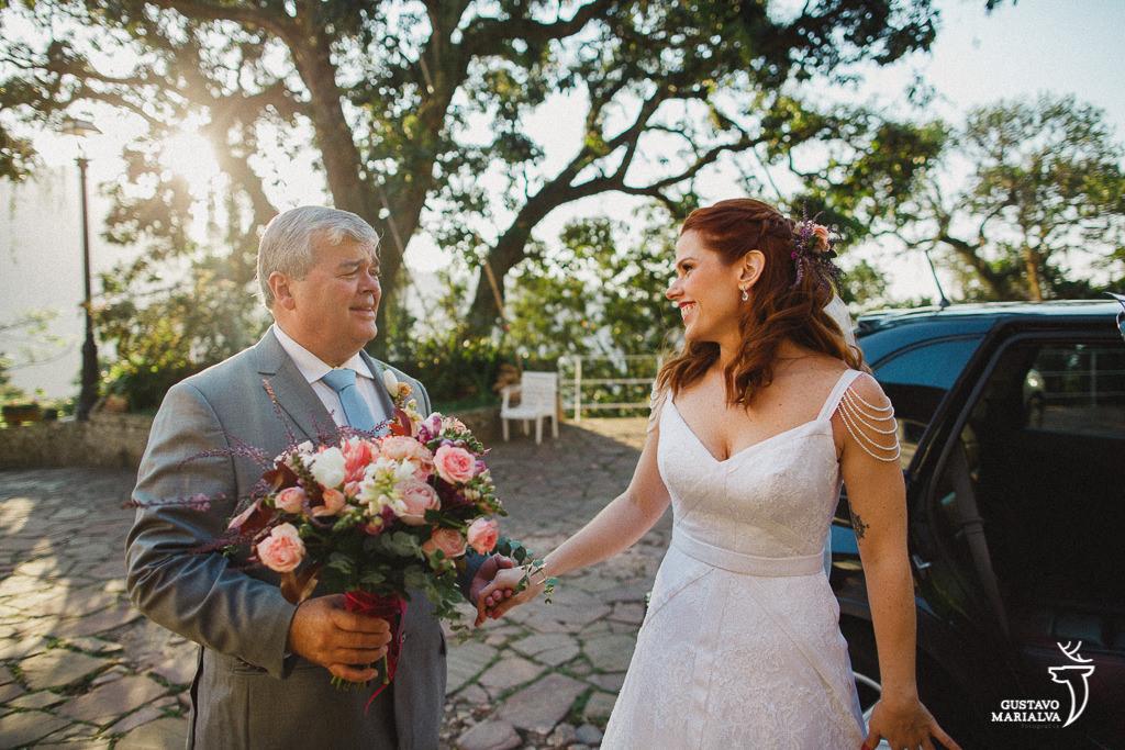 pai recebendo a noiva na cerimônia de casamento