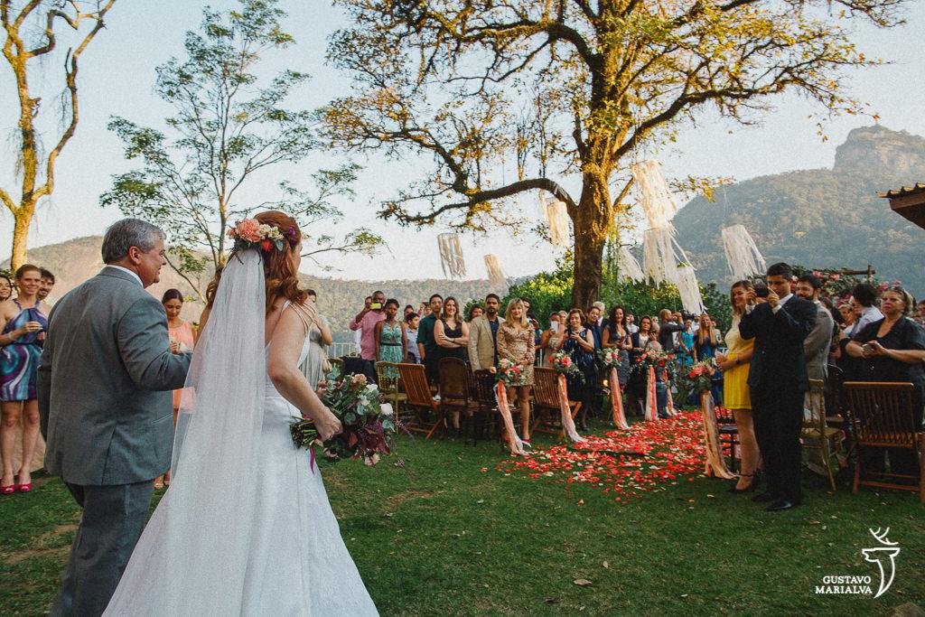 noiva entrando na cerimônia de casamento