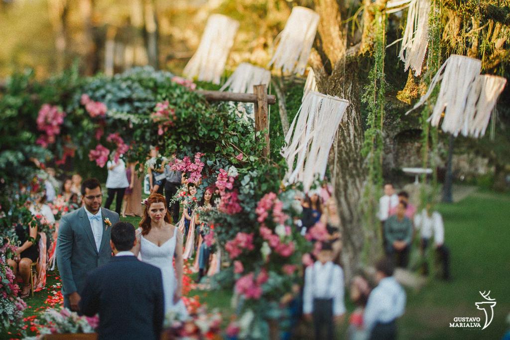 noivos rezando na cerimônia de casamento