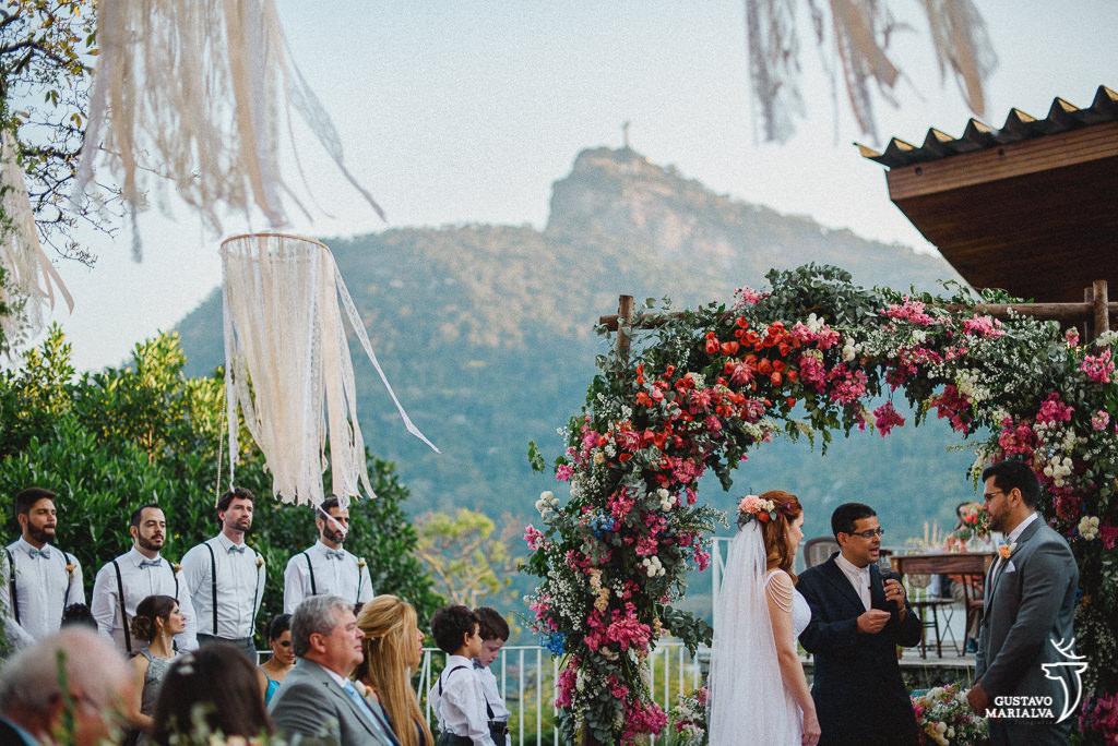 noivos na cerimônia de casamento