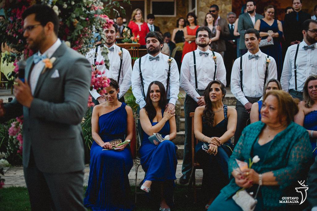 padrinhos emocionados na cerimônia de casamento