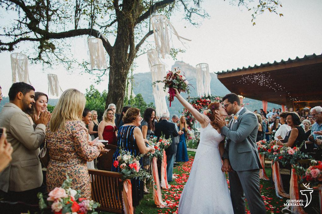 saída dos noivos na cerimônia de casamento