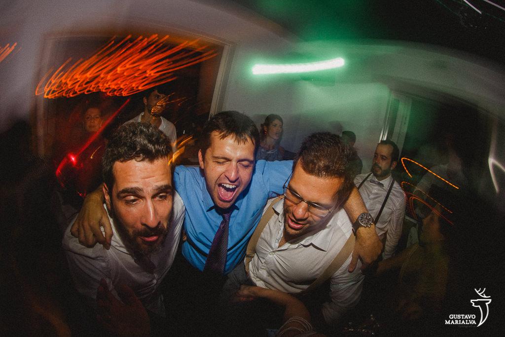 amigos gritando na festa de casamento