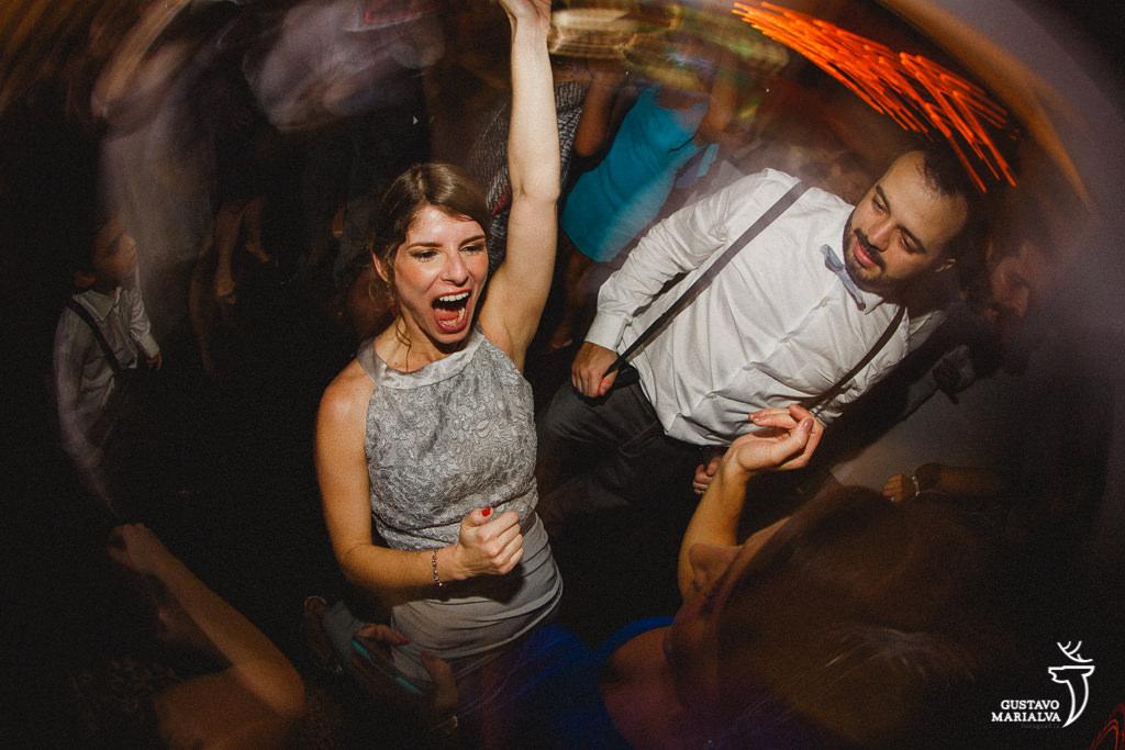 convidada gritando na festa de casamento