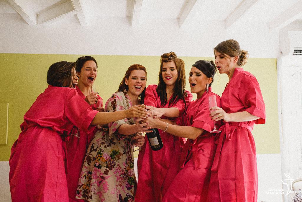 madrinhas estourando champanhe durante o making of de casamento