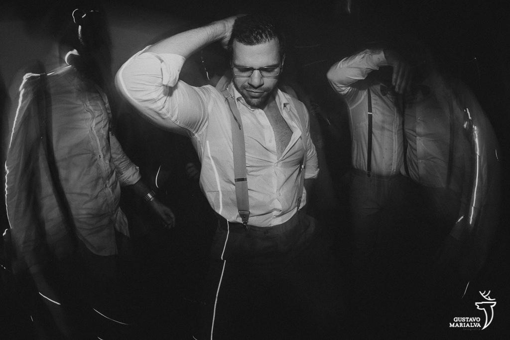 noivo dançando na festa de casamento