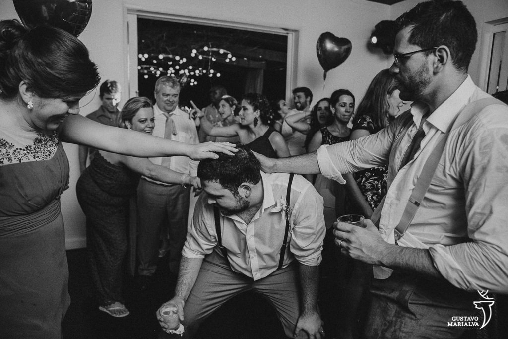 padrinhos dançando na festa de casamento