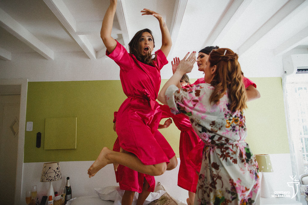 madrinhas e noivas pulando na cama durante o making of de casamento