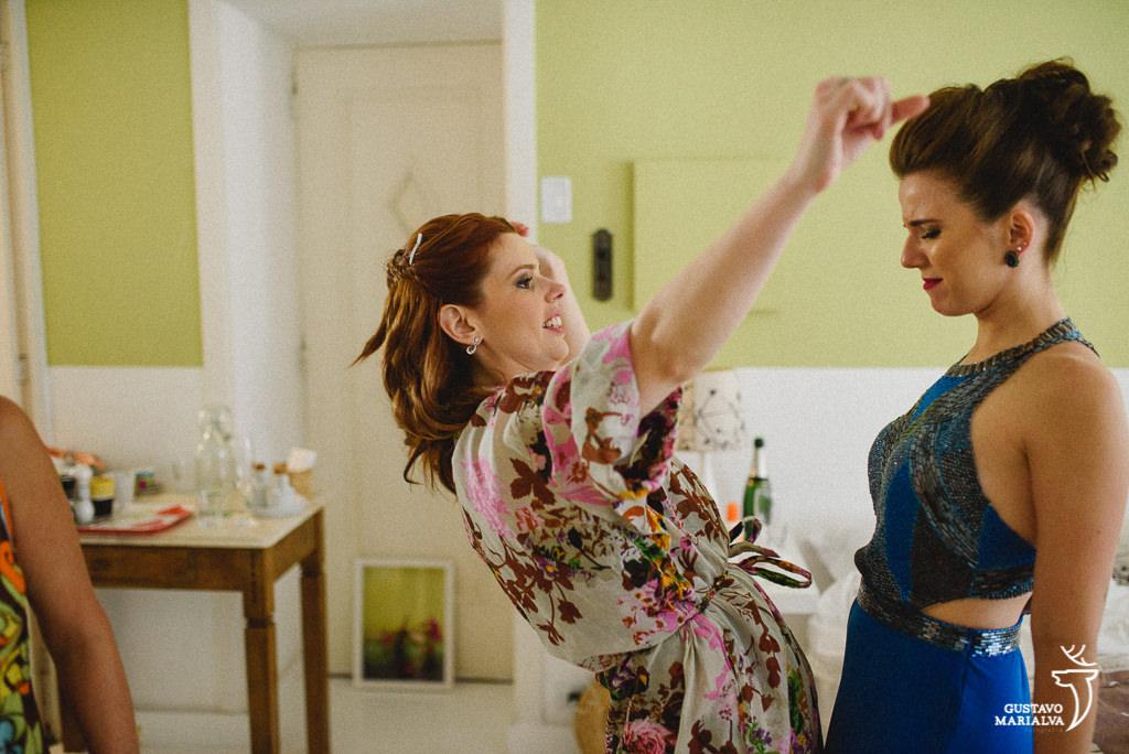 noiva e madrinha dançando durante o making of de casamento