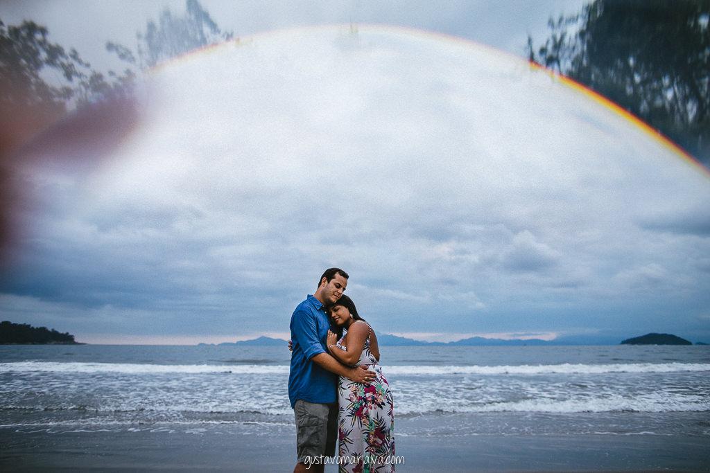 casal abraçado na praia durante book de casal
