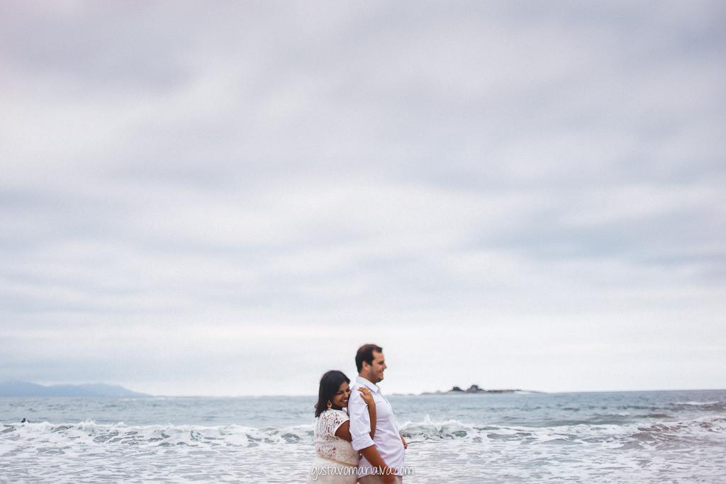 casal na praia namorando durante book de casal