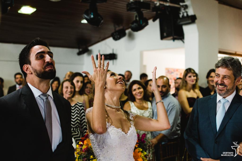 noivos sorrindo na cerimônia de casamento