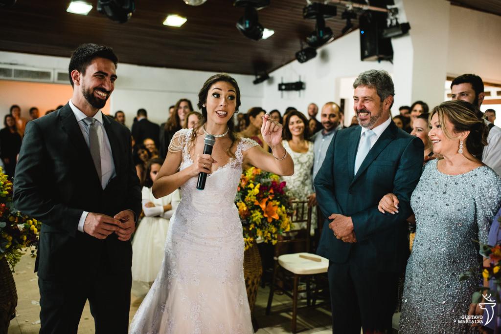 noivos brincando na cerimônia de casamento