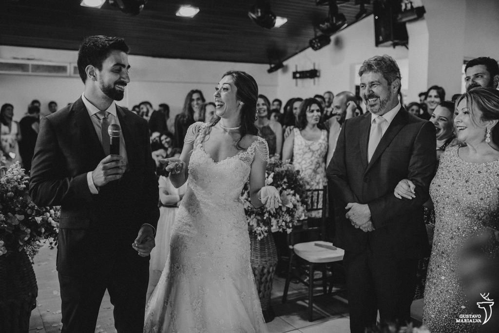 noivos conversando na cerimônia de casamento