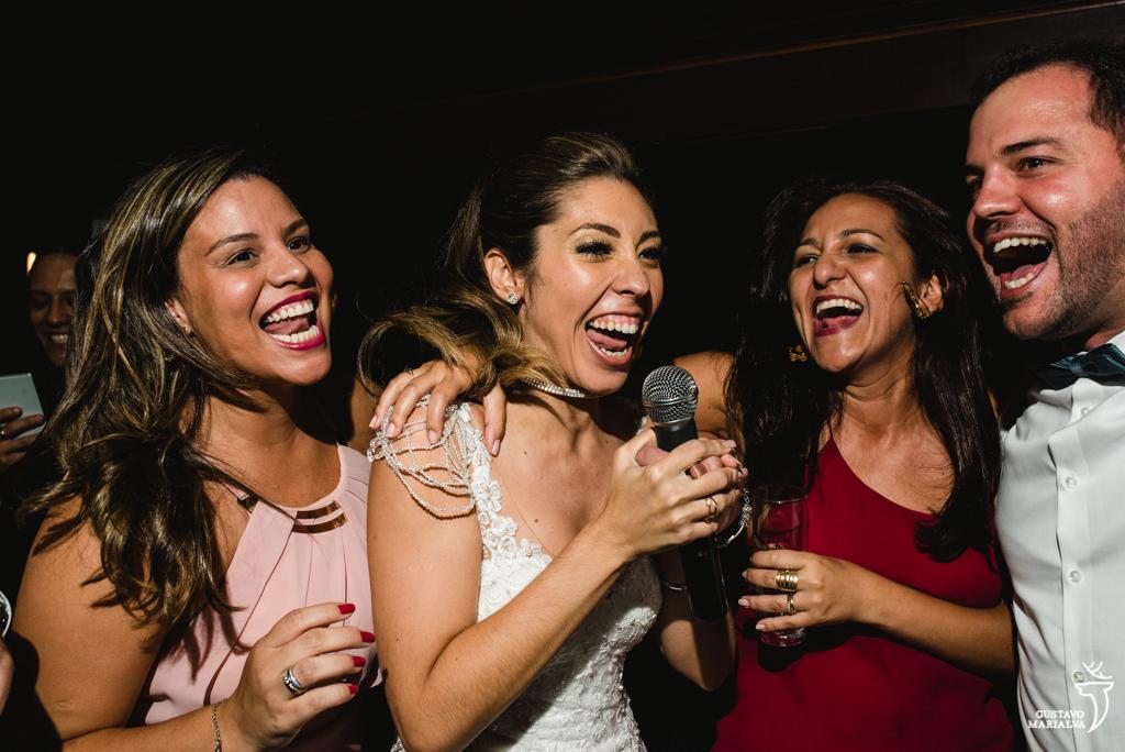 noiva cantando com as amigas na festa de casamento