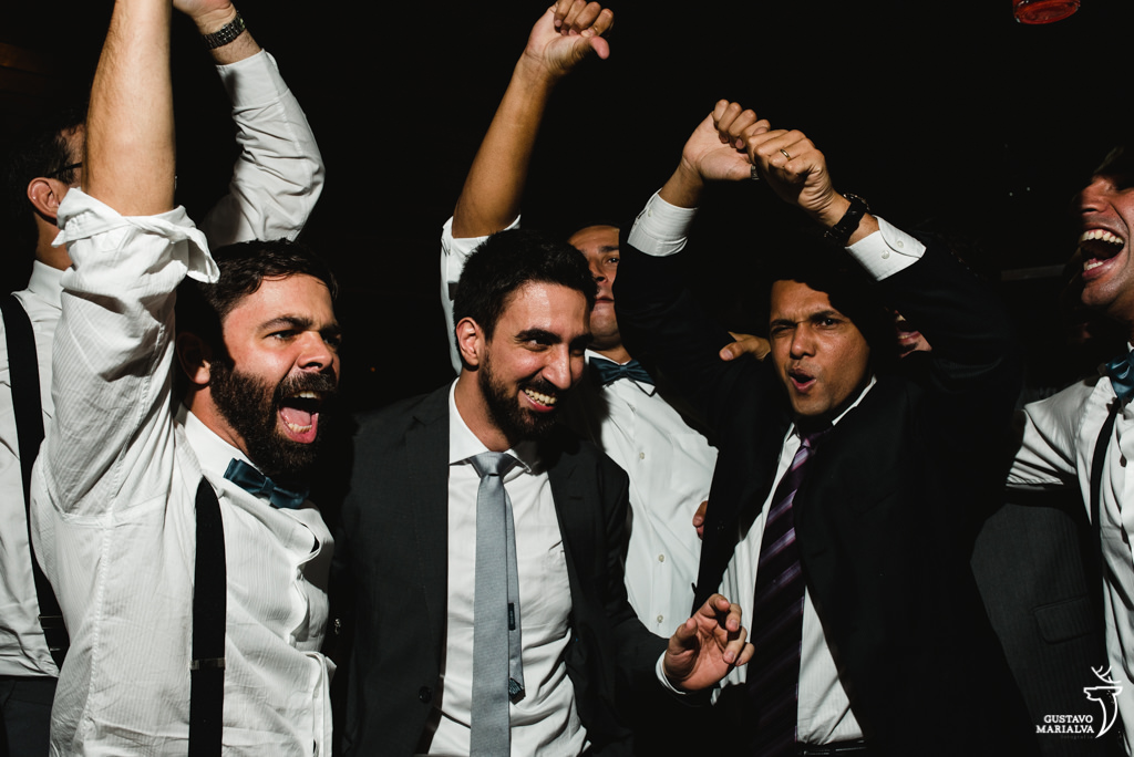 noivo e padrinhos cantando na festa de casamento