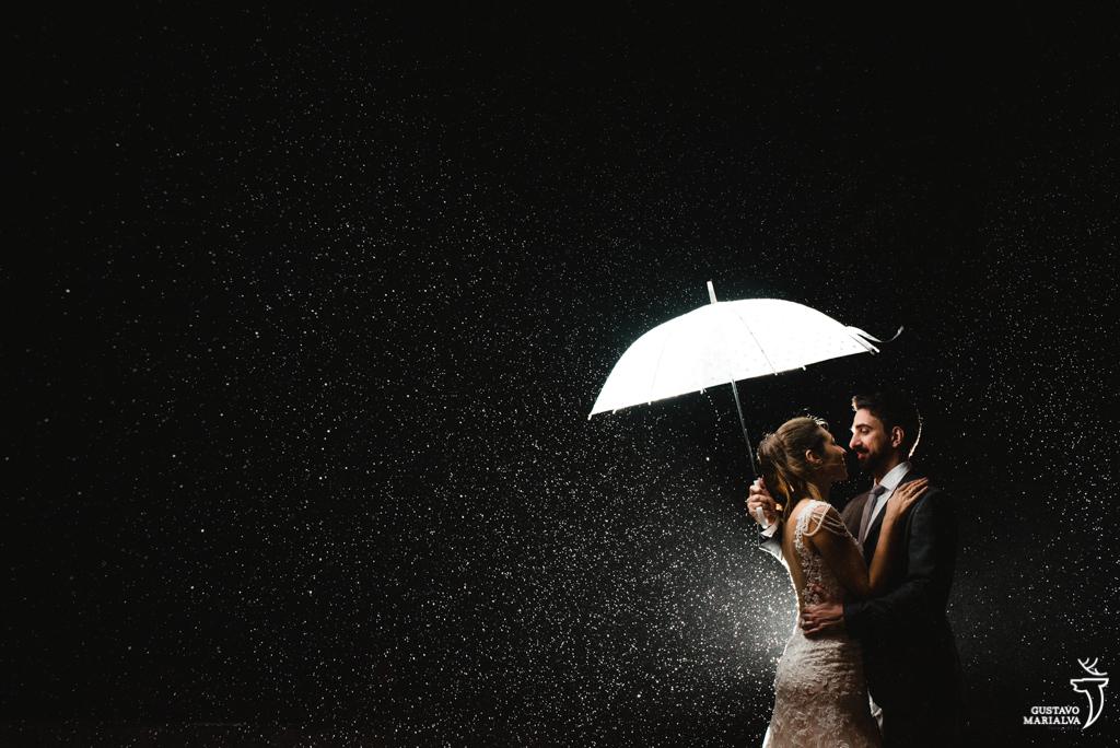 noivos abraçados na chuva