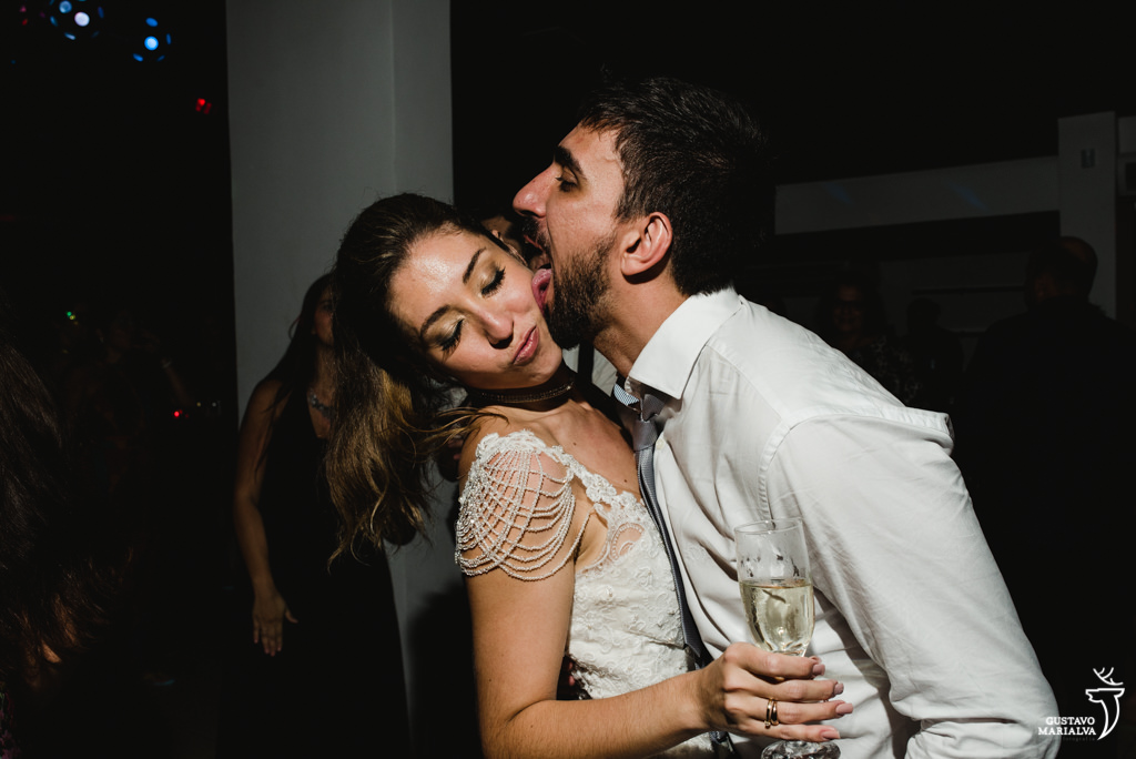 noivo lambendo a noiva