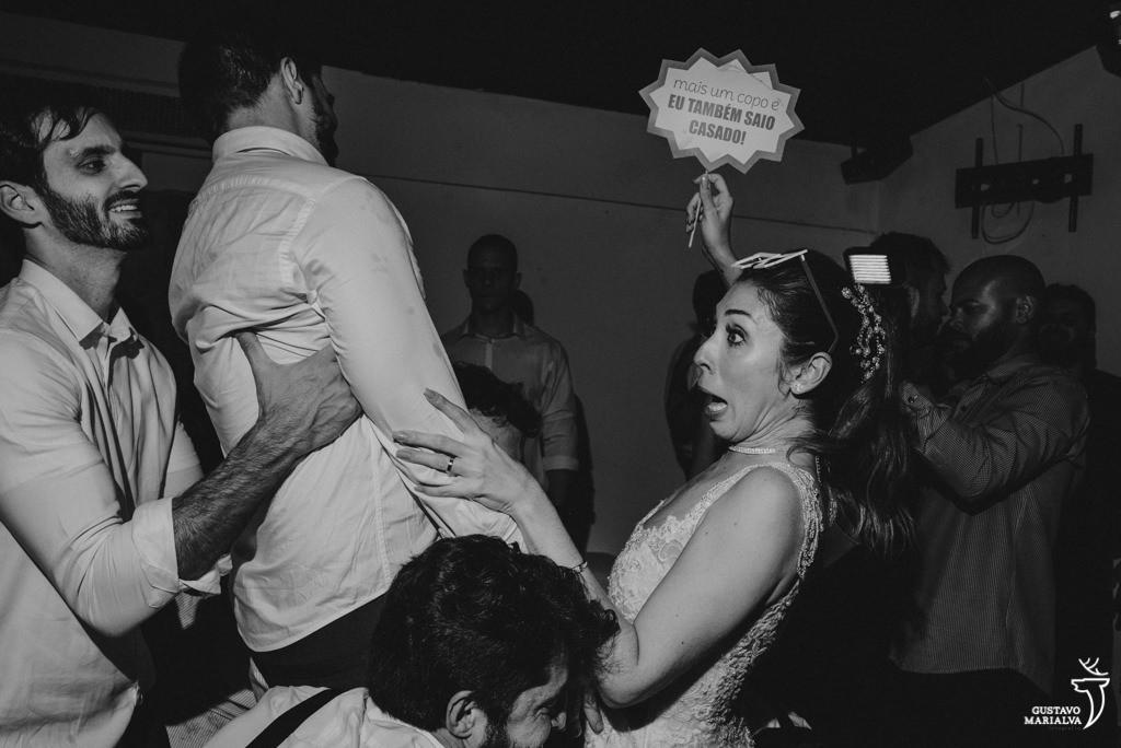noivos sendo jogados para o alto na festa de casamento