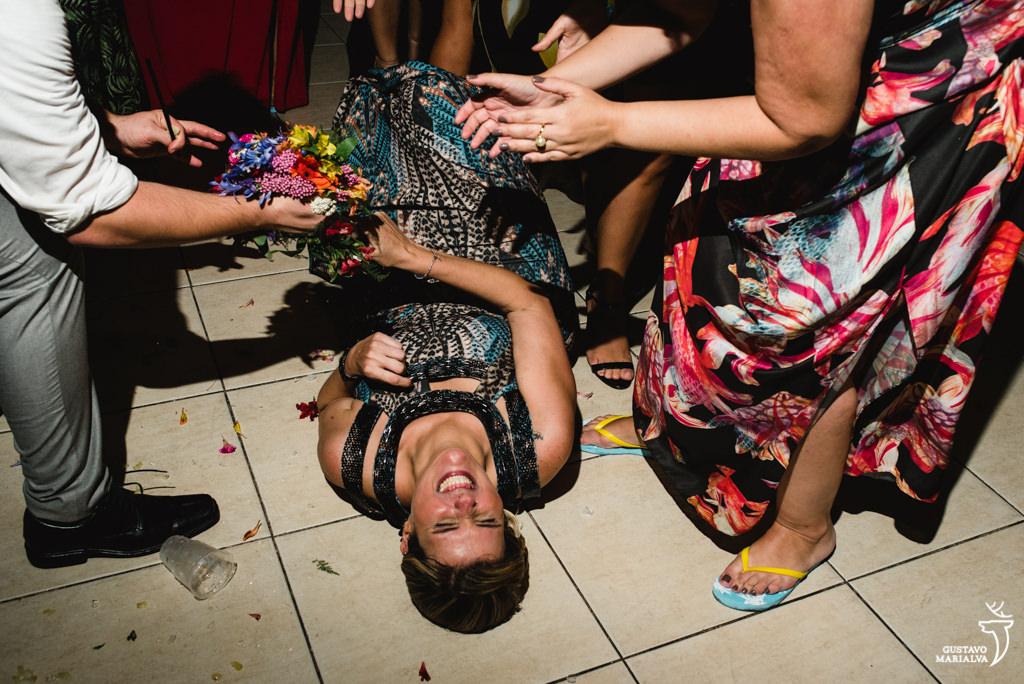 madrinha agarrada com o buquê no chão