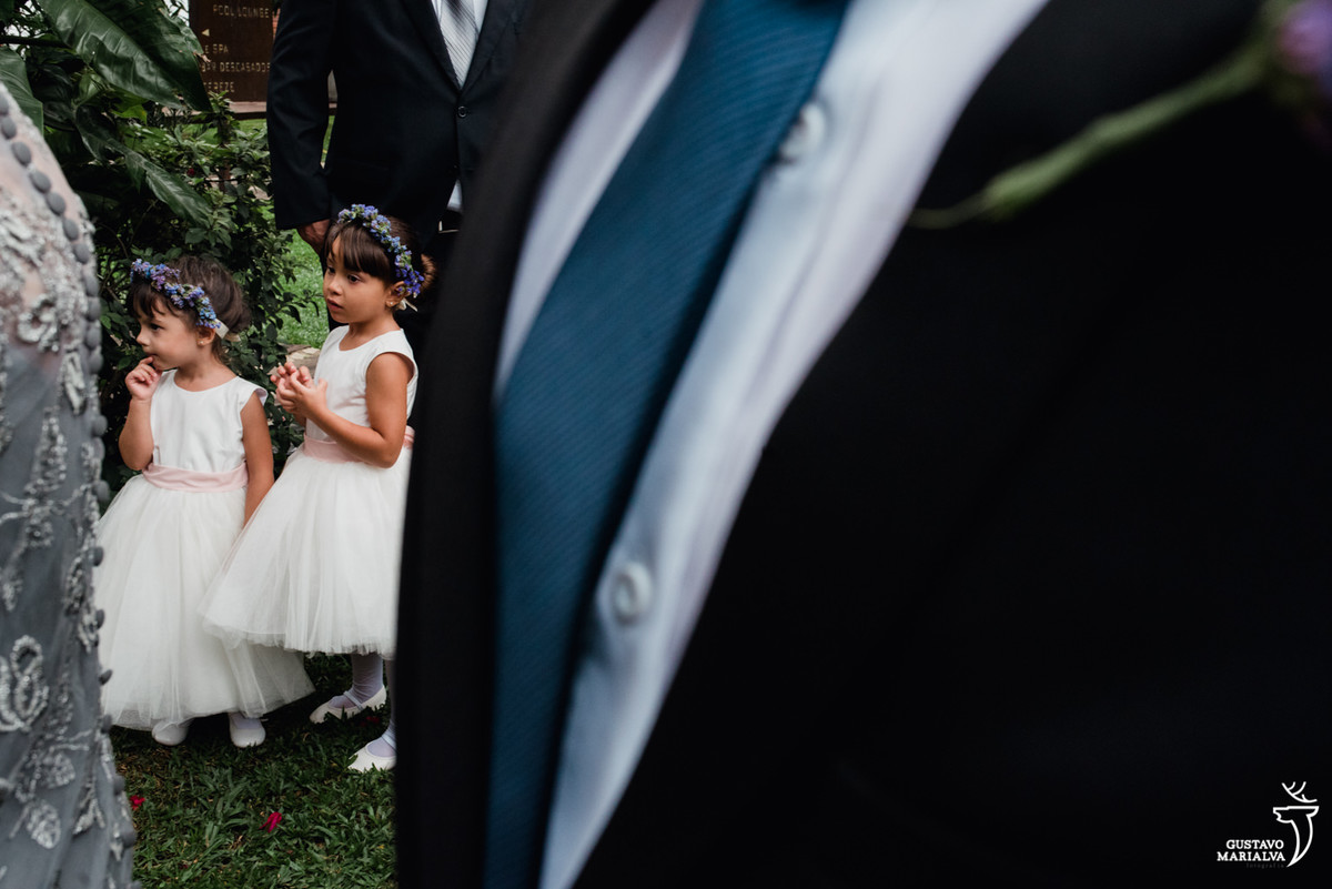 daminhas brincando durante a cerimônia de casamento
