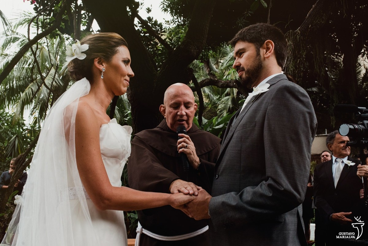 noivos sendo abençoados durante a cerimônia de casamento