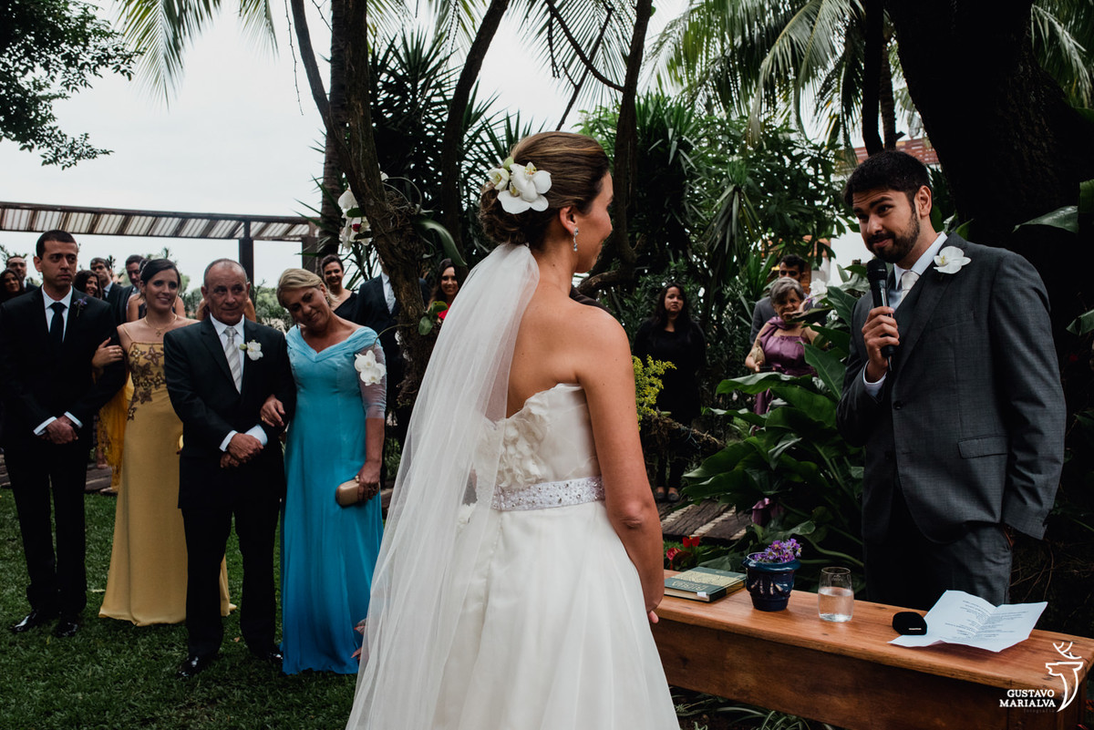 noivo trocando votos durante a cerimônia de casamento