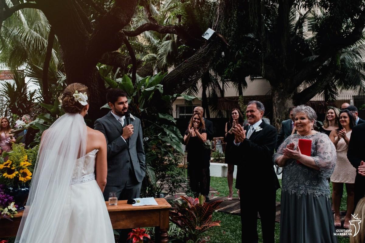 noivos sendo aplaudidos durante a cerimônia de casamento