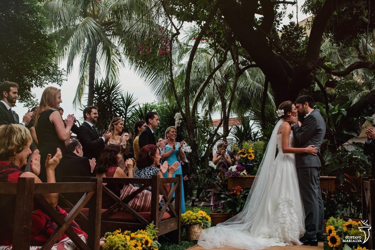 noivos se beijando durante a cerimônia de casamento