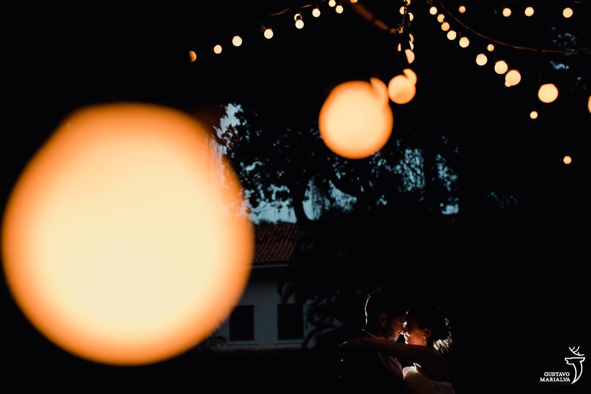 noivos iluminados pelas luzes de gambiarra