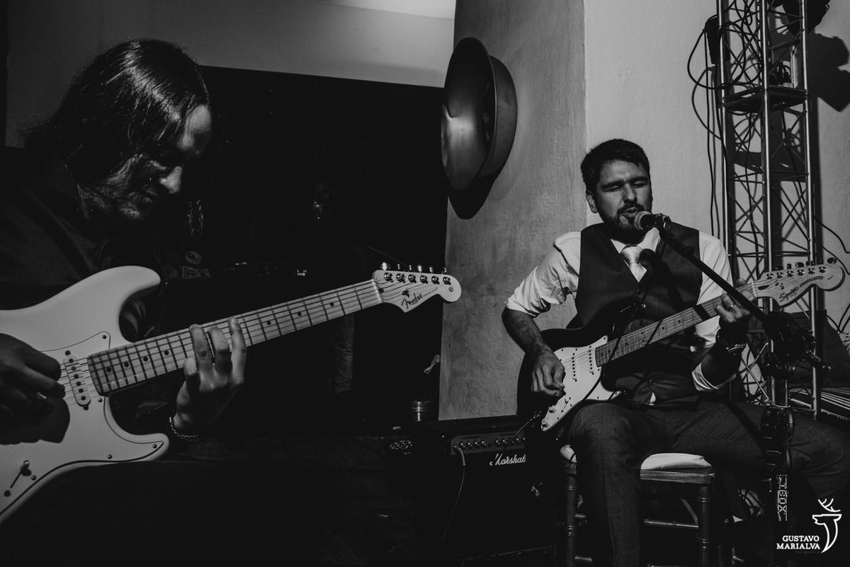 noivo tocando guitarra na festa de casamento