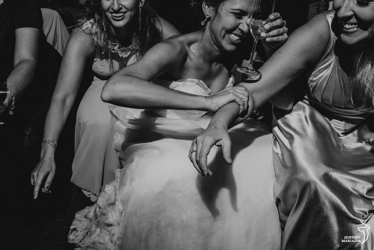 noiva e amigas dançando na festa de casamento