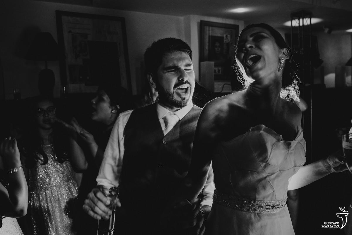 noivos cantando na festa de casamento