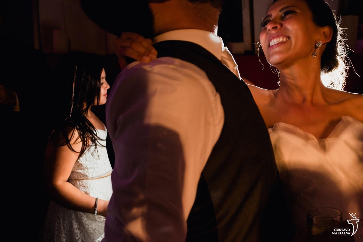 noiva sorrindo na festa de casamento