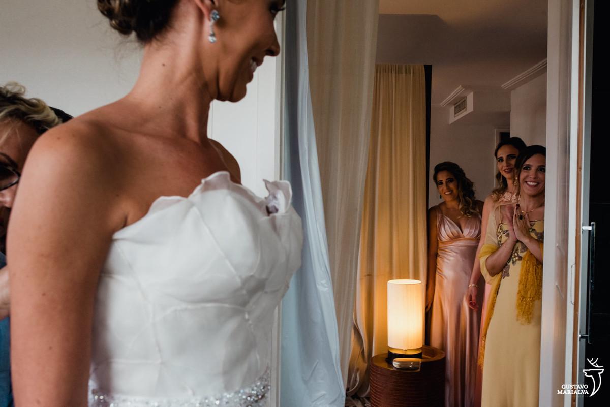 madrinhas emocionadas vendo a noiva com o vestido de noiva