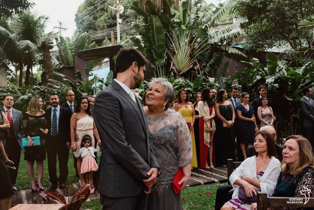 mãe emocionada durante a cerimônia de casamento