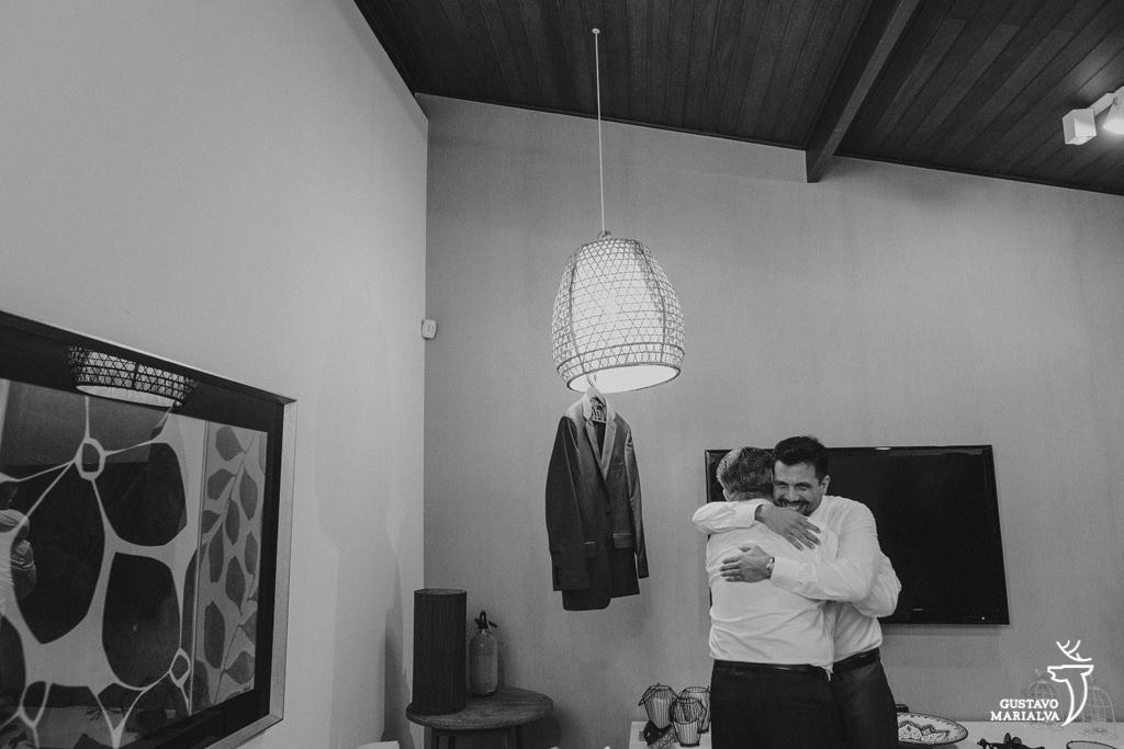 noivo abraçando o pai durante o making of do casamento