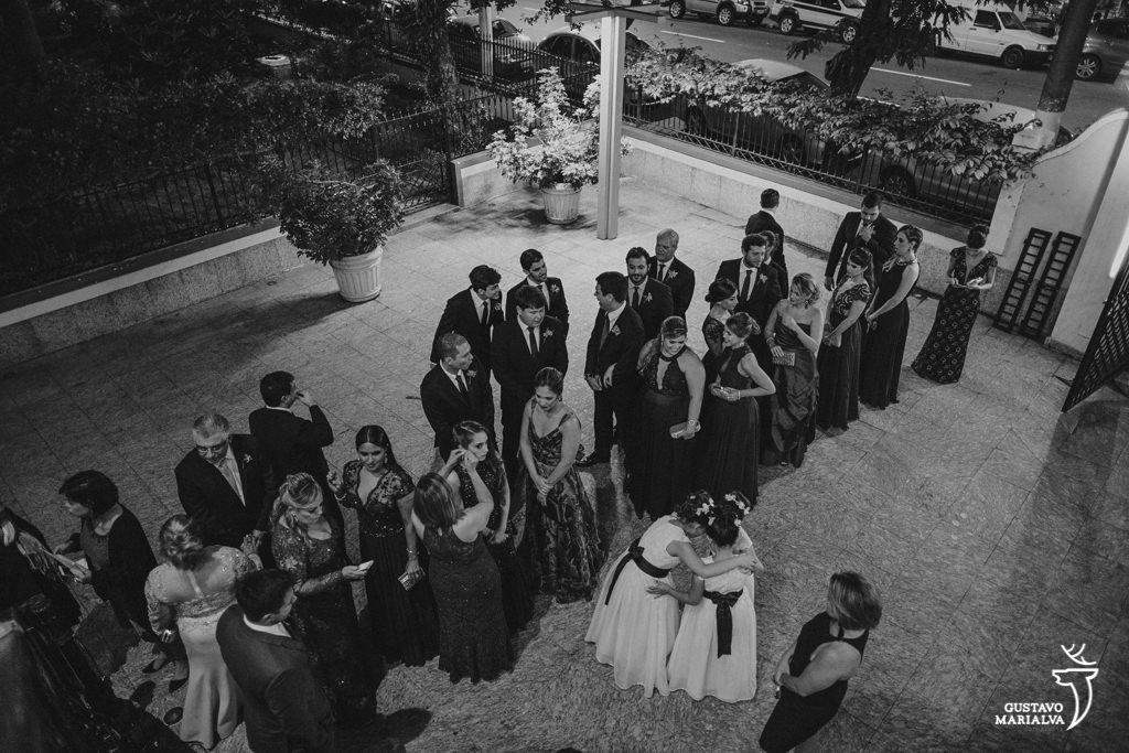 daminhas planejam a entrada na cerimônia de casamento