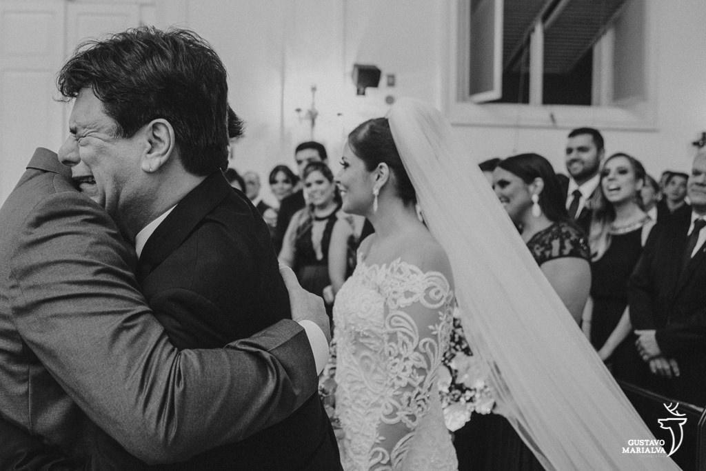 pai da noiva chorando na entrada da cerimônia de casamento