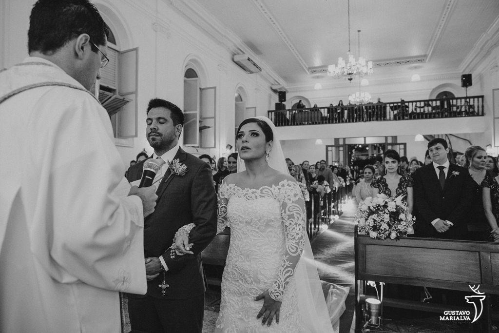 noiva chorando na cerimônia de casamento