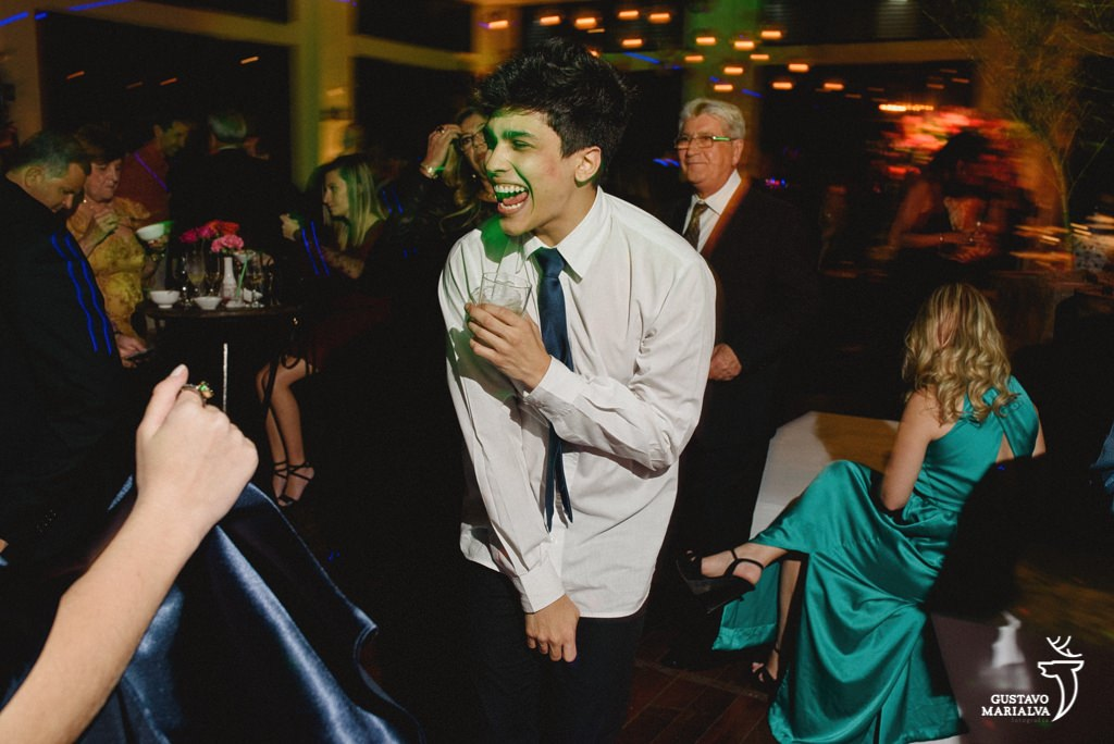 convidado pulando na festa de casamento