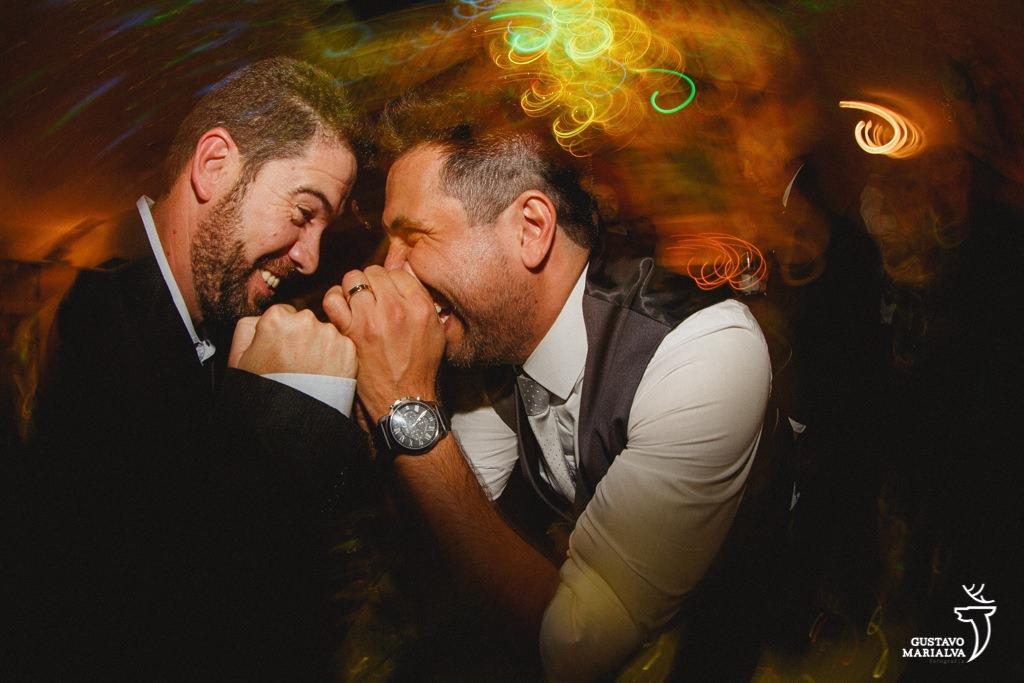 noivo e amigo dançando