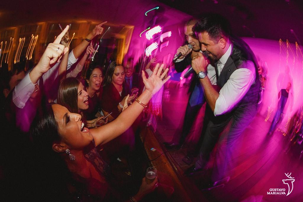noivo cantando na festa de casamento