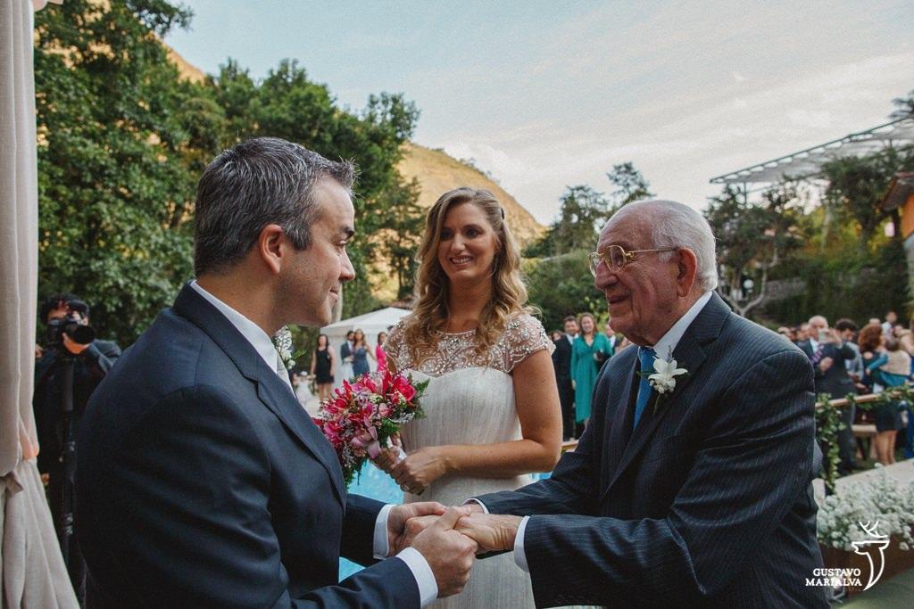 noivo recebendo a noiva na cerimônia de casamento