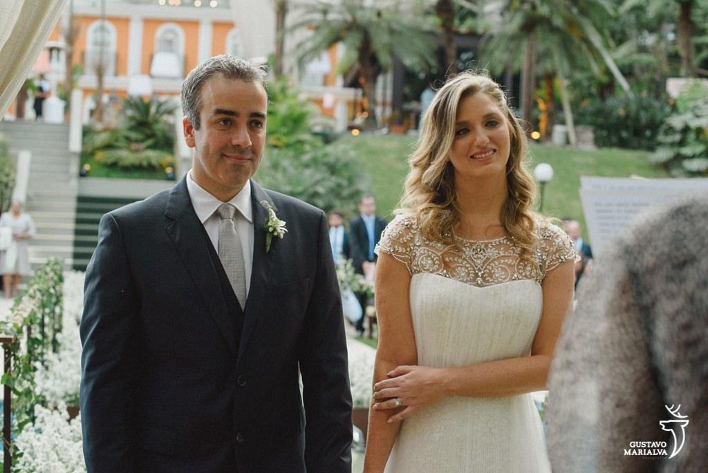 noivos emocionados durante a cerimônia de casamento