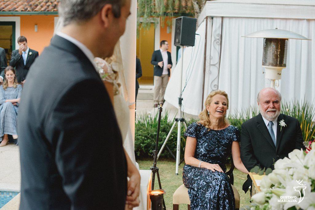 pais emocionados durante a cerimônia de casamento