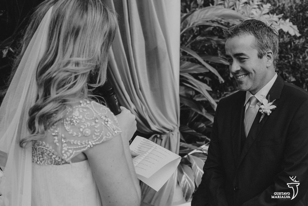 noiva lendo os votos durante a cerimônia de casamento