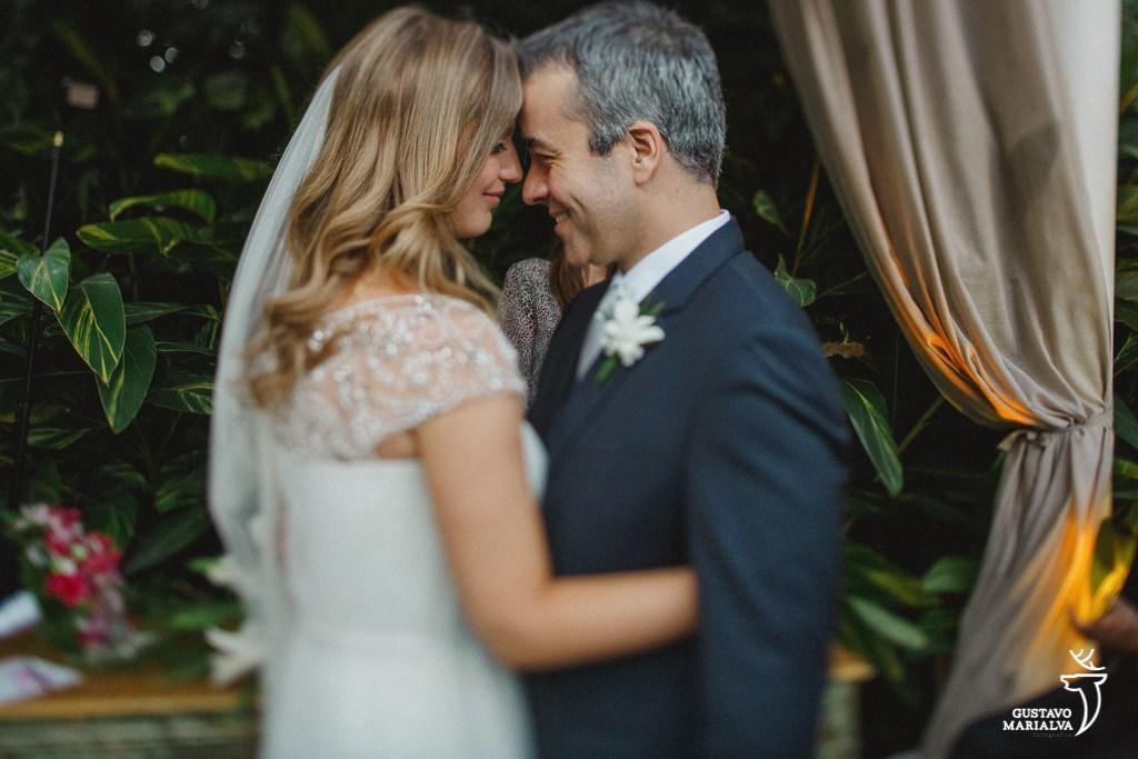 noivos se abraçando durante a cerimônia de casamento