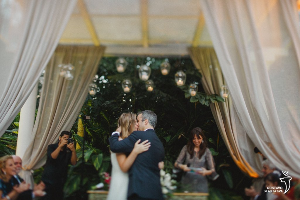 noiva se beijando durante a cerimônia de casamento