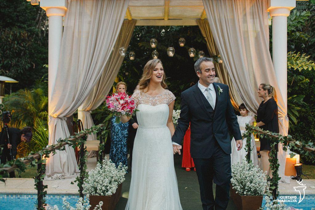 noivos alegres na saída da cerimônia de casamento